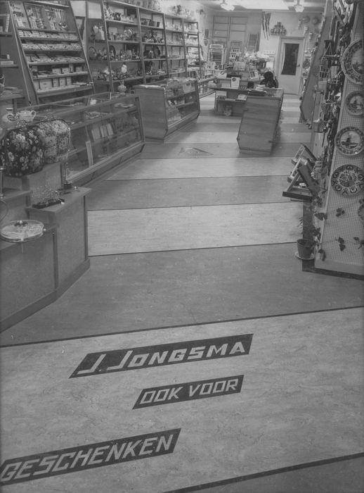 Het interieur van de winkel in 1959