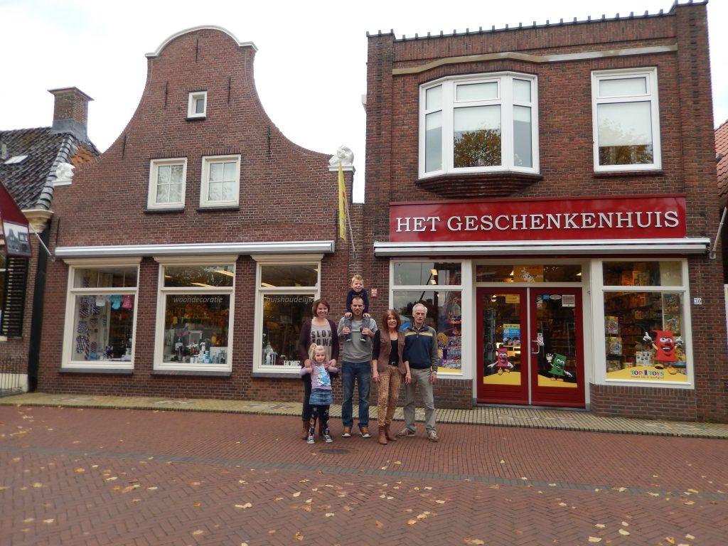 Van links naar rechts Dorien de Vries - Hofstede samen met Maren de Vries, Josha de Vries met Jorik de Vries en Ine en Wabe de Vries.