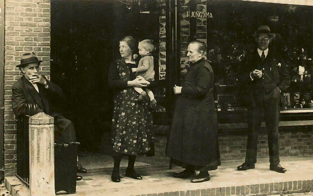 Links zittend op de foto Hendrik Jongsma. Daarnaast met kind op de armen Duttje Jongsma - Bakker