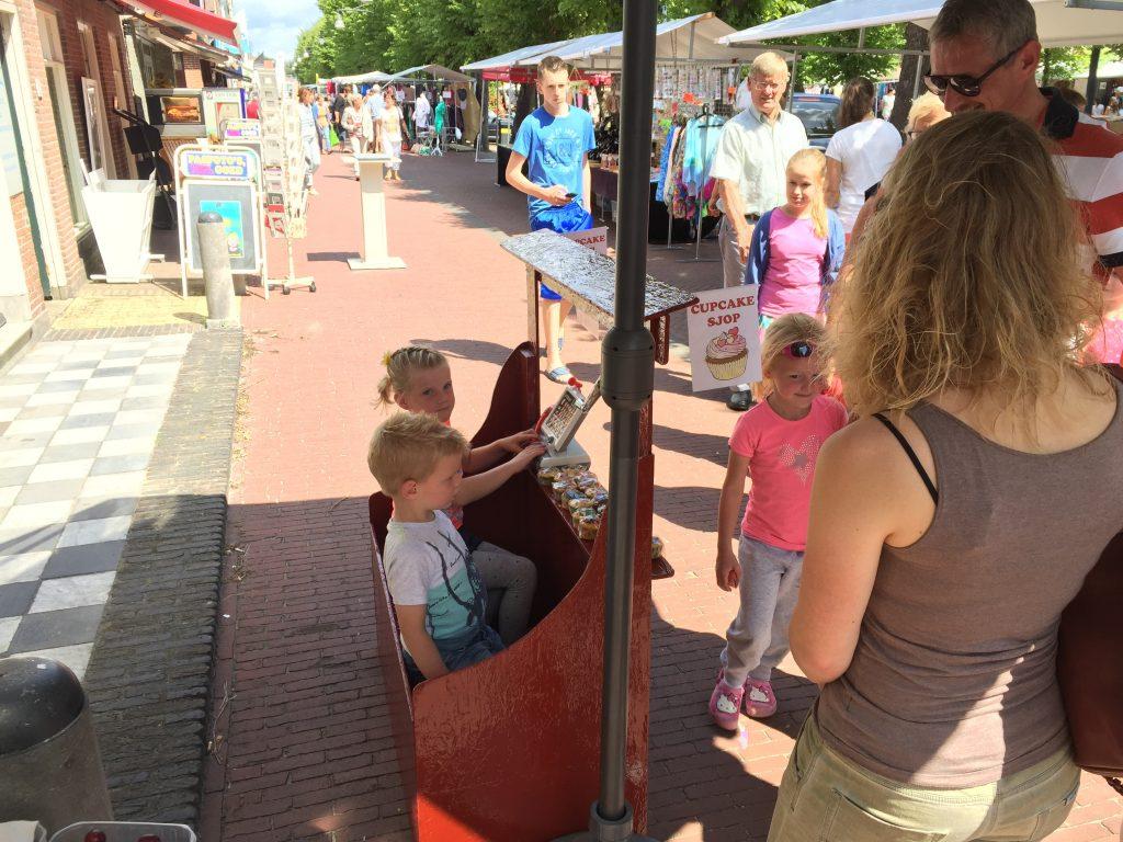 Maren en Jorik in de zomer van 2015 op de markt in Balk