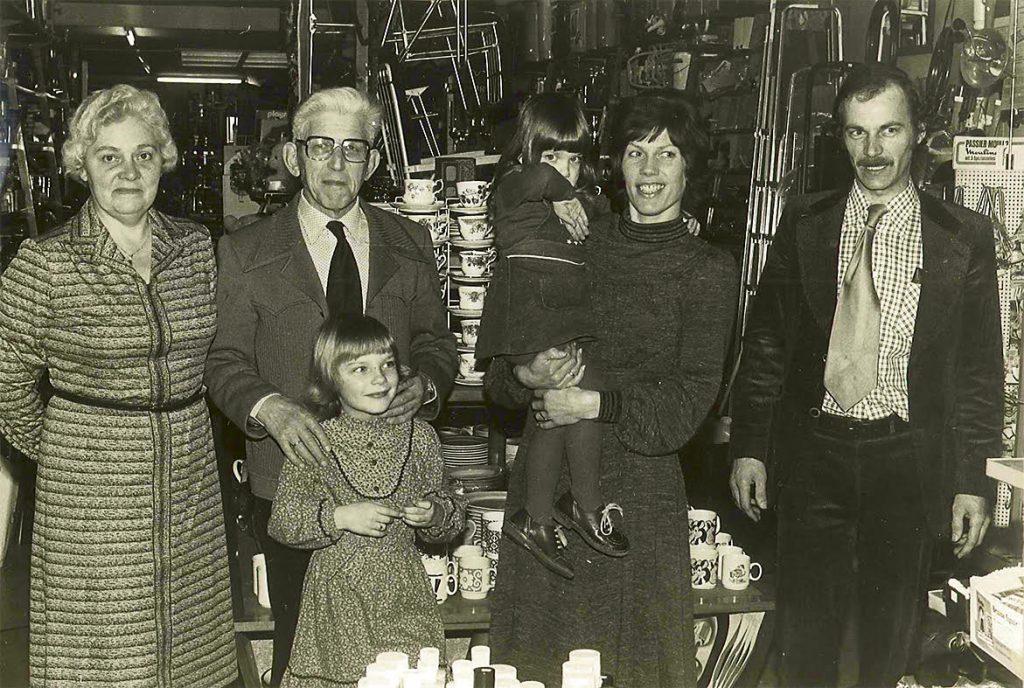 De overname in 1980. Van links naar rechts Antje Jongsma - Bakker, Johannes Jongsma met Annikki de Vries, Ine de Vries - Jongsma met Gabritta de Vries en Wabe de Vries
